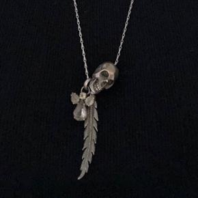 Fjerhalskæde med en engel og dødningehoved i sølv. Fås stadig i butikkerne