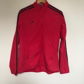 Løbejakke fra adidas str 40 Fremstår mere rød på billedet. Er pink i virkeligheden.