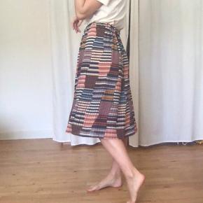 Sød nederdel fra Zara med patch work agtigt mønster.