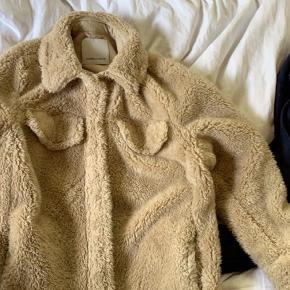 Sælger min fine teddy jakke fra Samsøe Samsøe  stand den er kun brugt 2 gange så der er ingen tegn på slid eller bugtspor!:)      Skriv endelig ved interesse og flere billeder!:))
