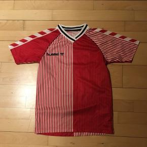 Fodbold T-shirt fra Hummel. I fin stand. Str 170, men lille i størrelsen. Kan hentes i Brøndby strand eller Valby. Sender på købers regning.