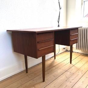 Smukt teak skrivebord med 6 skuffer. Skriv endelig for mere information eller med et godt bud;)