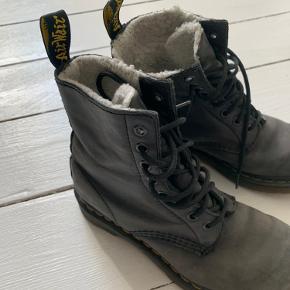 Støvler fra dr MARTENS i god stand. Trænger til læderfedt, men fejler ellers intet 😊