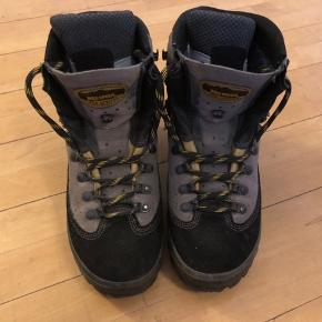 Meindl Air Revolution. Solid vandrestøvle med god støtte.  Sålen måler 26,5 cm.