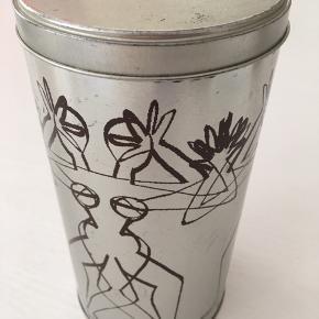 Kaffe/te beholder i metal. Mål:20 cm høj og 11 cm i diameter