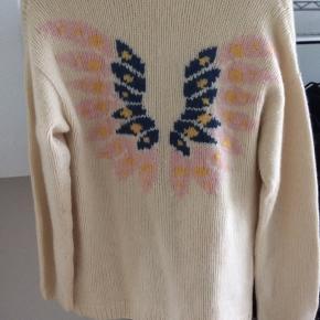En meget fin Kashmir trøje med et flot ryg mønster , trøjen er prøvet og aldrig brugt , farven er råhvid