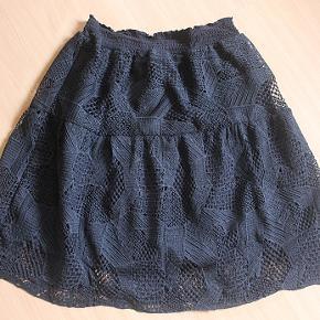 Flot nederdel fra Soft Rebels, str. XL (svarer til ca. str. 42). Elastik i taljen, længde 63 cm, livvidde 76 cm uden stræk. Brugt få gange, som ny. Sælges for 200 kr. plus porto