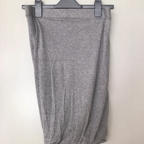 Den klassiske nederdel med slå om effekt.   Bytter ikke :-)