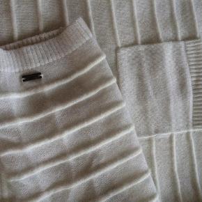 Varetype: Sweater Farve: Hvidcreme  Den lækreste bløde fintspundne uld og angorakanin dame sweater!   Som en drøm at have på!  Normal TH størrelse XL - ca. 42-44   Prøvet på - ikke gået med - aldrig vasket! SOM NY! Gave fra USA.  Der stod 149 dollars på prissedlen