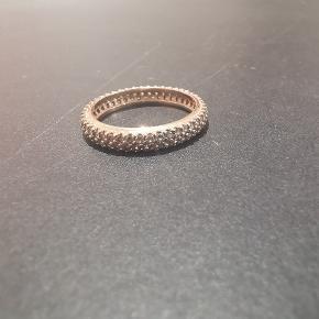 Pandora ringe i 14 karat forgyldt rose gold. Str 54.  Brugt men stadig meget god.