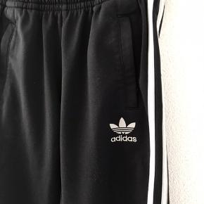 Sort og hvid Adidas joggingbukser str.140/10 år