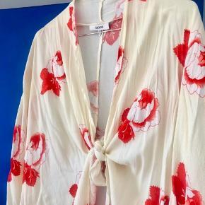 Smuk kimono fra ganni, næsten aldrig brugt (maks 2-3 gange). Falder så smukt, den er perfekt til foråret