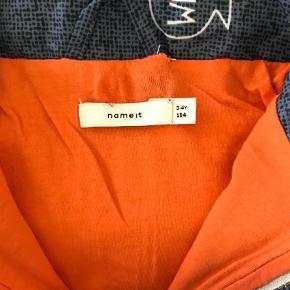Varetype: Jakke Farve: Blå,Hvid,Orange  Fra røg/dyrefrit hjem, ingen huller/pletter/fnuller, aftagelig hætte, bomuld/polyester.