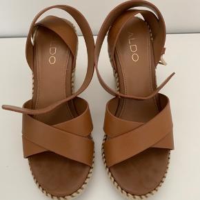 Sandalerne er lavet af læder  Brugt et par gange, fint vedligeholdt brugesmærker ved hælen.  Hæle 10cm Kan sendes med DAO. Køber betaler for portoen