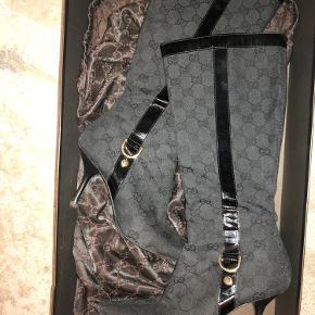 Smukke ægte Gucci sko, som jeg sælger for min mor da hun simpelthen ikke får dem brugt nok. Hvis i er interesseret i at købe må i gerne sende en besked🤍🤍🤍