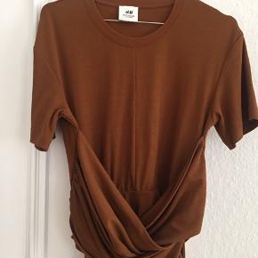 Smuk kjole-tshirt fra hm studio. Nypris 400kr. Kan både bruges som lang tshirt eller kort kjole.