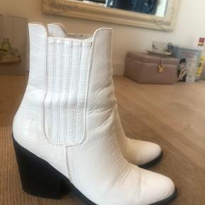 Disse cowboy lignende hvide støvler er super fine - jeg har kun brugt dem omtrent 3-4 gange. Støvlerne er en størrelse 38 :)