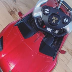 Sælger denne Lamborghini Aventador fjernstyret bil  Kun blevet brugt meget få gange Virker som ny Den virker på batteri og den har næsten lige fået skiftet batteri, så den er klar til ræs!