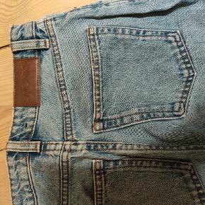 Sælger disse højtaljede bukser fra monki. Ikke brugt ret meget. Mærket er klippet ud, men vil sige det nok er en str. Xs-s. Kom med et bud. Nypris 350 ca.
