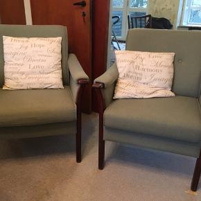 Den ene stol er lappet på det ene hjørne.  Prisen er for begge stole. Kan afhentes i Rødovre.