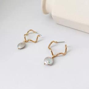 Smukkeste øreringe med ferskvandsperler 😍 Kun 90,- pr par  Se mine andre annoncer for at se hvilke andre smykker jeg har🥰