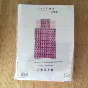 Brand: Lune Denmark Varetype: sengetøj NYT Størrelse: 70*100 Farve: Se billede Oprindelig købspris: 250  Super lækkert sengetøj str 70*100 (baby) er øko-tex certificeret.  100% bomuld