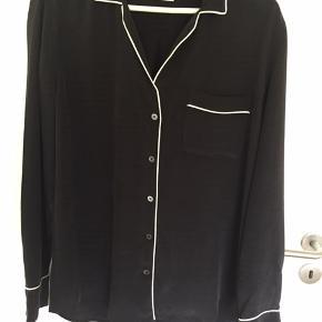 Smuk skjorte fra Equipment i st. Large. Blusen er kun prøvet på og glattet med et strygejern. Materialet er 100% silke Nypris kr. 2.600,00 MP kr. 450,00 Bytter ikke!