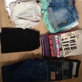 6 par bukser 4 par shorts 8 T-shirts 2 kjoler 1 buksedragt 1 hættetrøje  1 trøje  1 vest 1 nederdel