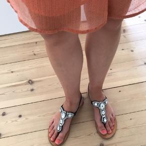 """Fine sandaler fra Sofie Schnoor. Brugt en del og mangler flere af de små sten. Derudover er mange af stenene lidt løse og trænger til noget lim 😊 De sælges billigt - da jeg håber at en anden kan få glæde af dem, og gå dem """"færdigt""""."""
