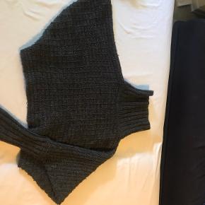 En super fin 'sjælevarmer' fra kvalitetsmærket Norlie. Den er i blød uld og bomuld i en flot mørkegrå farve. Perfekt til at holde sig varm med i de kolde måneder. Den hedder str 104, men vil sige, at den kan bruges fra 4 til 7 år. Har været brugt få gange.
