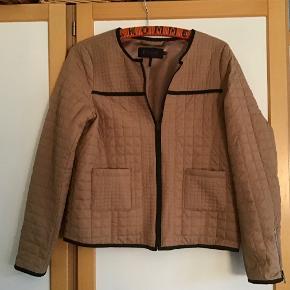 Skøn cardigan jakke. Tynd torvet. Måler fra ærmegab til ærmegab 53 cm. Længden 59 cm. Nylon \ poly. Helt som ny.