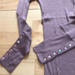 Super fin stræk bluse fra Rosemunde med fine detaljer.