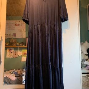 - vare: mørkeblå/navy lang kjole  - mærke: fashion VRS woman  - str: XXL - masser af stræk i  - materiale: 100% viskose  - BM: 64 cm fra ærmegab til ærmegab  - stand: kun prøvet på  - mp: 100 kr + Porto - har ingen kvittering