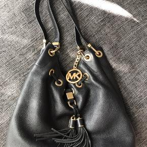 Nypris var 3500kr. Den er i fin stand og læderet har ikke nogle skader på sig. Sælger tasken da jeg sparer sammen til noget andet