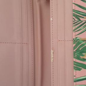 Lækker pung. Grunden til at jeg har sat den til slidt kan ses på foto hvor der indvendigt er et par slid mærker. Ellers pæn og sommer klar pung 🌸🤗👍udenpå rigtig pæn og valentino bogstaver ikke slidt.