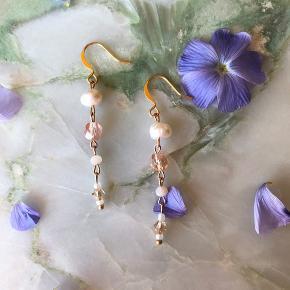 Håndlavet øreringe, med et mix af ferskvands- og glasperler i lyse rosa toner. Perfekte til sommeren lyse trends 🌸  Laves med forskellige farve nuancer, længder og kombinationer.  1