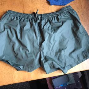 Kort badeshort fra Zara Man i mørkegrøn/oliven. Brugt få gange. Str XL - fitter mere L