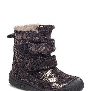 Vinterstøvle i farven grey metal fra Bisgaard med TEX og 100% ægte uldfoer. TEX -membranen holder støvlerne tørre i sne og slud og lader samtidig fødderne ånde.  Sælges da min datter ret hurtigt er vokset 2 str i sko og derfor ikke får brugt disse alligevel.  Nypris 800 kr