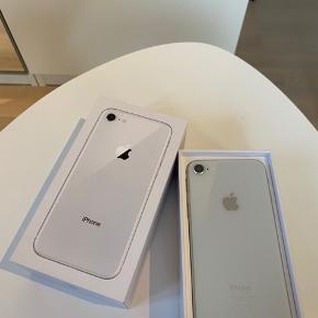 Sælger min iPhone 8, 64 GB. Der er ingen ridser på skærmen foran eller på bagsiden. Den ridse der kan ses på billedet er på panser glasset. Den er købt sidste år.  Der følger lader og høretelefoner med. Skriv gerne hvis du har spørgsmål eller vil have flere billeder.