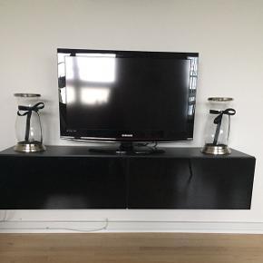 Væghængt tv bord med glanslåger 40x140  Nypris 2000kr Fejler intet Skal afhentes .
