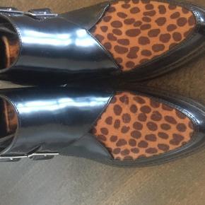 Varetype: Ankelstøvler Farve: Leopard,Sort Oprindelig købspris: 400 kr. Kvittering haves.  Kun brugt en enkelt gang i nogle timer, så de fejler intet. :)