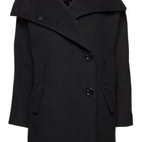Super flot uldfrakke fra Designers Remix i virkelig lækker uldkvalitet. Knap- og lynlåslukning foran samt lommer i siden med knaplukning. Aldrig brugt, og mærker sidder stadigvæk i! 😊   (Bemærk: Prisen er ekskl. fragt og  ts-gebyr).