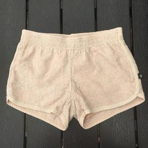 Varetype: Shorts Farve: Som foto  Størrelsen hedder 134/140. Bomuldsshorts med blondeeffekt og ekstra bomuldsfoer. Jeg handler helst over MobilePay. Forsendelse med dao 36 kr.