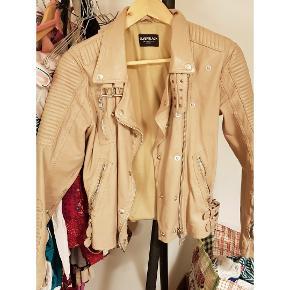 Skøn læder jakke i nude fra Silverblack - brugt få gange.. Nypris 3400,-  Kom med bud