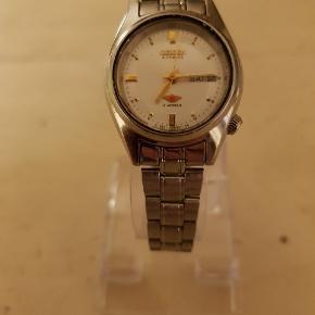 Utrolig flot vintage automatisk Citizen ur med lænke og dato.  21 jewels sandsynligvis rubiner. Bruger ikke batterier kun bevægelse.  Vandtæt.