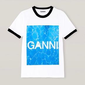Sælger denne t-shirt fra GANNI med print fra SS20 kollektionen, da jeg fik bestilt den i en forkert størrelse. Aldrig brugt - ny med prismærker. Str. S - true to size   Sendes via dao på købers regning
