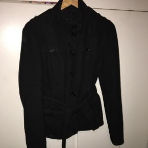 Fin jakke/frakke aldrig brugt. Med to lommer og bælte