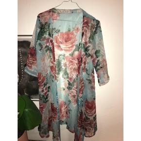 Super fin blomstret kimono / slå-om-kjole fra vila i blå