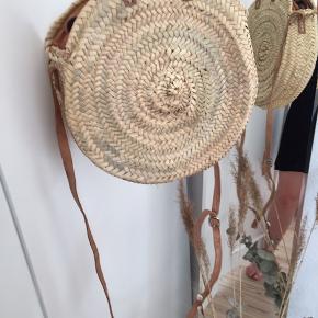 Fin siv-taske med lynlås købt i Barcelona sidste sommer. Aldrig brugt. Pris er eksklusiv porto