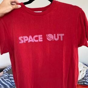 Jeg sælger denne fine T-shirt fra envii i en str. small. Den er blevet brugt et par gange, men er i super fin stand🌸 Nypris var 200 kr.  BYD endelig💛